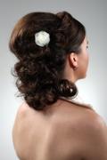 Hochsteckfrisur schulterlanges braunes, dunkles Haar, Organza Blume, gesteckt und eingedreht