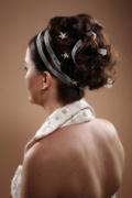 Hochsteckfrisur schulterlanges braunes, dunkles Haar, weisses Haarband, Stola