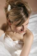 Hochsteckfrisur langes blondes Haar, dunkles Haar, weisses Band