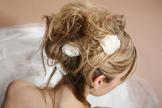 Hochsteckfrisur langes blondes Haar, dunkles Haar, weisses Blüte